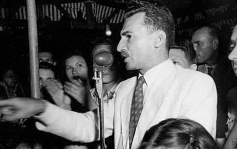 10 de Agosto – Jorge Amado- 1912 – 105Anos em 2017 - Acontecimentos do Dia - Foto 10 - Em um comício em 1946.