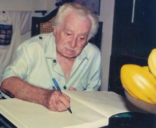 10 de Agosto – Jorge Amado- 1912 – 105Anos em 2017 - Acontecimentos do Dia - Foto 12 - Jorge Amado inaugurando o livro de presença da Casa de Cultura que leva seu nome.