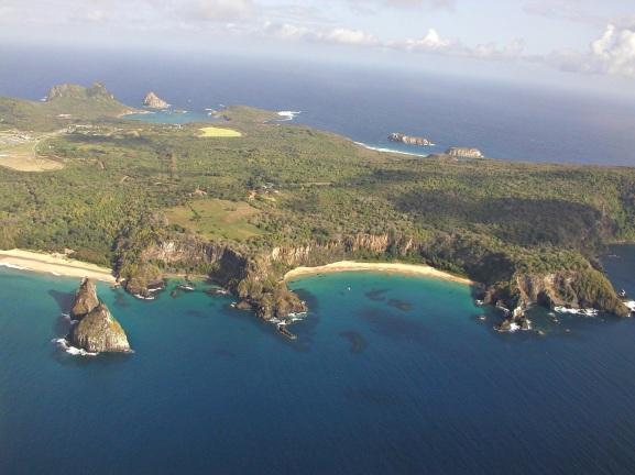 10 de Agosto – Vista aérea da Baia do Sancho — Fernando de Noronha (PE) — 514 Anos em 2017.
