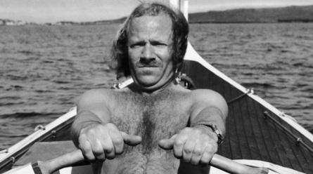 11 de Agosto – 1986 — Ove Joensen conclui uma viagem de 41 dias entre as ilhas Faroé e a Dinamarca a bordo do barco a remos, construído por si.