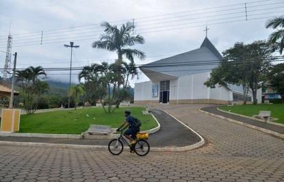 13 de Agosto – Ciclista à frente da moderna Igreja Matriz — Natividade da Serra (SP) — 44 Anos em 2017.