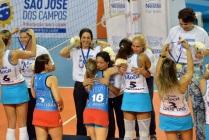 14 de Agosto – Ana Moser - 1968 – 49 Anos em 2017 - Acontecimentos do Dia - Foto 4 - Thaisa dá medalha para Ana Moser, Camila Brait abraça Josiane (Foto de João Pires - Fotojump).