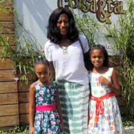 15 de Agosto – Glória Maria - 1949 – 68 Anos em 2017 - Acontecimentos do Dia - Foto 1 - Com as filhas, Laura e Maria.