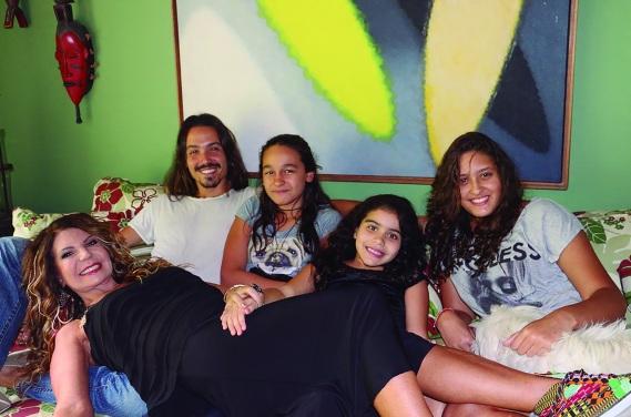 17 de Agosto – Elba Ramalho - 1951 – 66 Anos em 2017 - Acontecimentos do Dia - Foto 1 - Com os filhos.