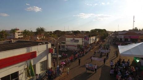 19 de Agosto – Foto aérea do desfile cívico — Vianópolis (GO) — 69 Anos em 2017.