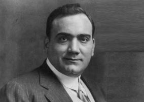 2 de Agosto – 1921 — Enrico Caruso, tenor italiano (n. 1873).