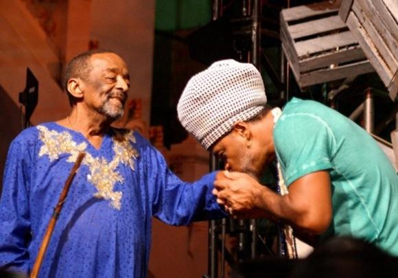 2 de Agosto – Naná Vasconcelos - 1944 – 73 Anos em 2017 - Acontecimentos do Dia - Foto 20 - Carlinhos Brown pede a bênção ao mestre Naná no Festival NaLata (Foto - Shirley Stolz