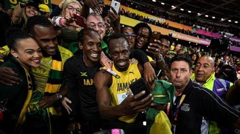 21 de Agosto — CAPA • Usain Bolt - 1986 – 31 Anos em 2017 - Acontecimentos do Dia - Foto 19 - Com a família após a porva.