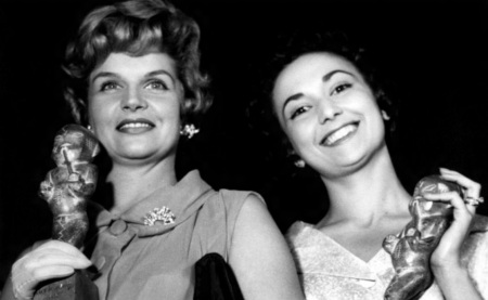 23 de Agosto — Tônia Carrero - 1922 – 95 Anos em 2017 - Acontecimentos do Dia - Foto 12 - As atrizes Tônia Carrero e Eva Wilma seguram seus troféus do Prêmio Saci, São Paulo.