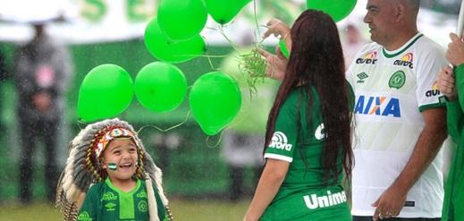 25 de Agosto — ÍNDIO CONDÁ - Criança representa a mascote do time em homenagem às vítimas do voo da Chapecoense — Chapecó (SC) — 100 Anos em 2017.