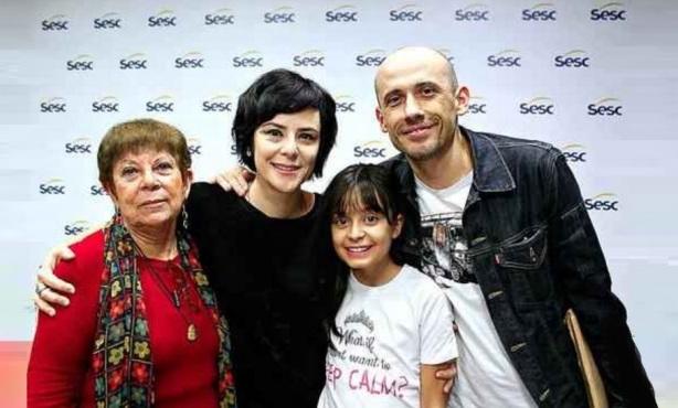 25 de Agosto — Fernanda Takai - 1971 – 46 Anos em 2017 - Acontecimentos do Dia - Foto 20 - Fernanda Takai em família, com a mãe Sílvia, a filha Nina e o marido John Ulhoa.