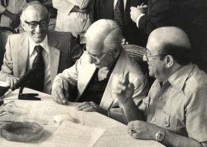 26 de Agosto — Albert Sabin - 1906 – 111 Anos em 2017 - Acontecimentos do Dia - Foto 16 - Entrega da Medalha do Visitante Ilustre da UFPe a Albert Sabin.
