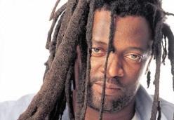 3 de Agosto – 1964 – Lucky Dube, cantor de reggae sul-africano (m. 2007).