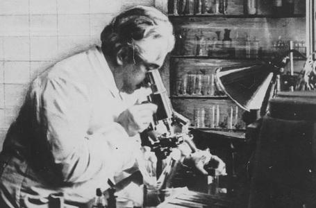 5 de Agosto – Osvaldo Cruz - 1872 – 145 Anos em 2017 - Acontecimentos do Dia - Foto 9 - Oswaldo Cruz ao microscópio.