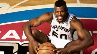 6 de Agosto – 1965 – David Robinson, ex-jogador de basquete que integrou o Dream Team dos Estados Unidos.