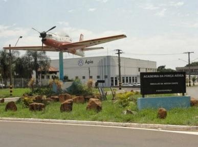 6 de Agosto – Monumento com avião da AFA (Academia da Força Aérea) — Pirassununga (SP) — 194 Anos em 2017.