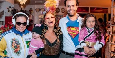 9 de Agosto – Fafá de Belém - 1956 – 61 Anos em 2017 - Acontecimentos do Dia - Foto 16 - Com a filha Mariana, Cristiano e as netas, em seu aniversário à fantasia de 60 anos, em 2