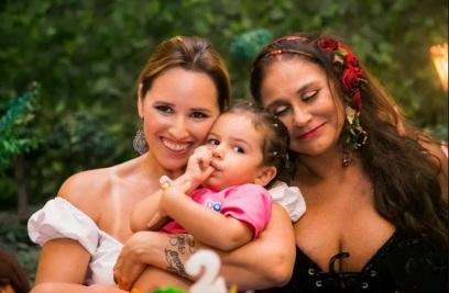 9 de Agosto – Fafá de Belém - 1956 – 61 Anos em 2017 - Acontecimentos do Dia - Foto 9 - Com a filha MAriana e a neta.