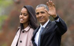 Barack Obama - 1961 – 56 Anos em 2017 - Acontecimentos do Dia - Foto 18 - Com a filha Malia, no jardim da Casa Branca.