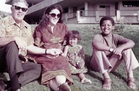 Barack Obama - 1961 – 56 Anos em 2017 - Acontecimentos do Dia - Foto 19 - Com sua meia-irmã, Maya Soetoro-Ng, sua mãe, Ann Dunham, e o avô, Stanley Dunham, em Honolulu, Havaí, no i