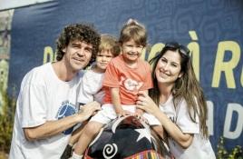 10 de Setembro – Gustavo Kuerten - Guga - 1976 – 41 Anos em 2017 - Acontecimentos do Dia - Foto 21 - Com a mulher, Mariana, e os filhos, Maria Augusta e Luiz Felipe.