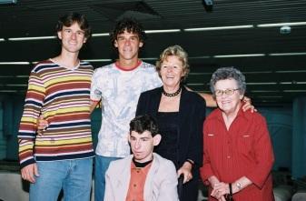 10 de Setembro – Gustavo Kuerten - Guga - 1976 – 41 Anos em 2017 - Acontecimentos do Dia - Foto 22 - Guga com a mãe, Alice, os irmãos, Raphael e Guilherme, e sua avó, Olga.