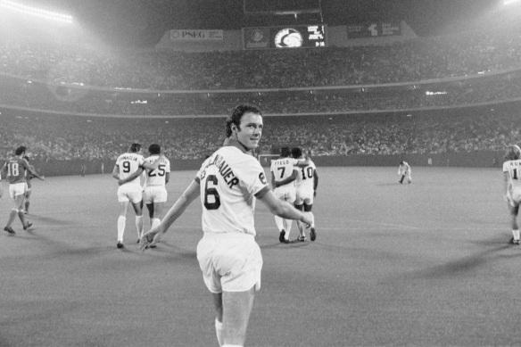 11 de Setembro – Franz Beckenbauer - 1945 – 72 Anos em 2017 - Acontecimentos do Dia - Foto 21 - Franz Beckenbauer em 1977, no Cosmos.