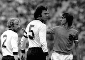 11 de Setembro – Franz Beckenbauer - 1945 – 72 Anos em 2017 - Acontecimentos do Dia - Foto 7 - Franz Beckenbauer e Johan Cruijff, da Holanda.