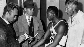 12 de Setembro – Jesse Owens - 1913 – 104 Anos em 2017 - Acontecimentos do Dia - Foto 18 - Jesse Owens sendo entrevistado no Estádio Olímpico de Berlim, em 1936.