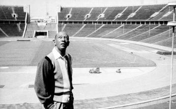 12 de Setembro – Jesse Owens - 1913 – 104 Anos em 2017 - Acontecimentos do Dia - Foto 7 - Jesse Owens retorna ao Estádio Olímpico de Berlim, em 1965.
