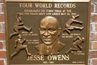 12 de Setembro – Jesse Owens - 1913 – 104 Anos em 2017 - Acontecimentos do Dia - Foto 8 - Placa em homenagem aos recordes mundiais de Jesse Owens.