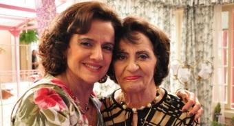 13 de Setembro – Laura Cardoso - 1927 – 90 Anos em 2017 - Acontecimentos do Dia - Foto 14 - Ago.2011 - Marieta Severo e Laura Cardoso no set de gravações da série 'A Grande Famíl