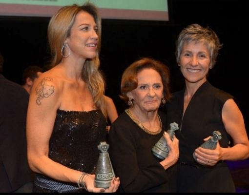 13 de Setembro – Laura Cardoso - 1927 – 90 Anos em 2017 - Acontecimentos do Dia - Foto 19 - 17.mar.2015 - Luana Piovani, Laura Cardoso e Cássia Kis Magro mostram troféus na cerimô