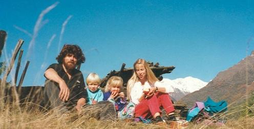 17 de Setembro – Reinhold Messner - 1944 – 73 Anos em 2017 - Acontecimentos do Dia - Foto 16 - Reinhold Messner com a esposa Sabine e filhos, Magdalena e Simon, em 1993.