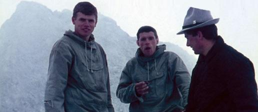 17 de Setembro – Reinhold Messner - 1944 – 73 Anos em 2017 - Acontecimentos do Dia - Foto 19 - Reinhold Messner com o irmão (no centro) e o pai (à dir.).