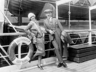18 de Setembro – Greta Garbo - 1905 – 112 Anos Anos em 2017 - Acontecimentos do Dia - Foto 23 - Greta Garbo e Mauritz Stiller, em Nova Iorque, em 1925.