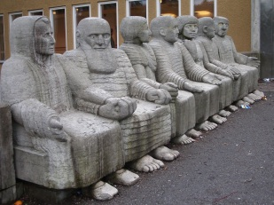 19 de Setembro – Paulo Freire - 1921 – 96 Anos em 2017 - Acontecimentos do Dia - Foto 19 - Escultura em Estocolmo, Suécia. Paulo Freire (segundo da esq. p. dir.) ao lado de Pablo Ne