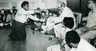 19 de Setembro – Paulo Freire - 1921 – 96 Anos em 2017 - Acontecimentos do Dia - Foto 9 - Paulo Freire fala nas Ilhas Fiji, promovendo seu método de alfabetização para adultos.