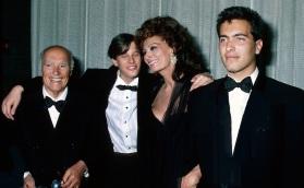 20 de Setembro – Sophia Loren - 1934 – 83 Anos em 2017 - Acontecimentos do Dia - Foto 20 - Sophia Loren com o marido, Carlo Ponti e os filhos, Edoardo Ponti e Carlo Jr.