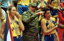 23 de Setembro – Hortência Marcari - 1959 – 58 Anos em 2017 - Acontecimentos do Dia - Foto 12 - Hortência, Fidel Castro e Paula, nos Jogos Pan-Americanos de 1991, em Cuba.