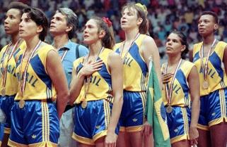 23 de Setembro – Hortência Marcari - 1959 – 58 Anos em 2017 - Acontecimentos do Dia - Foto 15 - Hortência e suas colegas de seleção, durante o Hino Nacional.