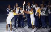 23 de Setembro – Hortência Marcari - 1959 – 58 Anos em 2017 - Acontecimentos do Dia - Foto 22 - Hortência passa a tocha olímpica para Vanderlei Cordeiro de Lima.