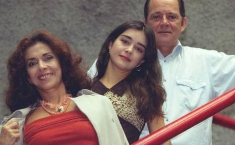 26 de Setembro – 1968 — Alexandra Marzo, atriz brasileira. Foto de Alexandra com seus pais, Betty Faria e Cláudio Marzo.