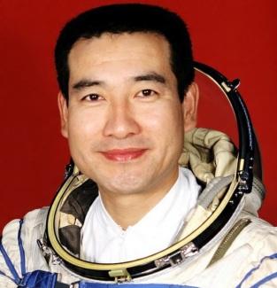 27 de Setembro – 2008 – O astronauta Zhai Zhigang se torna o primeiro chinês a ir ao espaço.