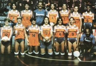27 de Setembro – Vera Mossa - 1964 – 53 Anos em 2017 - Acontecimentos do Dia - Foto 13 - Vera está em pé, no meio, com a camisa 4. O time é a Supergasbrás, campeão brasileiro de