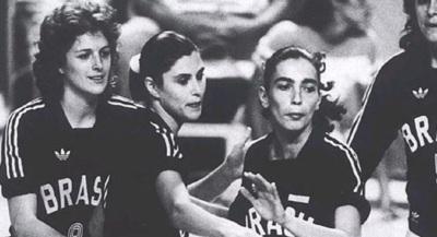 27 de Setembro – Vera Mossa - 1964 – 53 Anos em 2017 - Acontecimentos do Dia - Foto 8 - Vera Mossa na seleção, ao lado de Isabel.