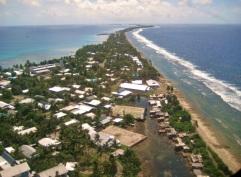 5 de Setembro – 2000 – Tuvalu é admitido como Estado-membro das Nações Unidas. Foto de Funafuti, capital de Tuvalu.