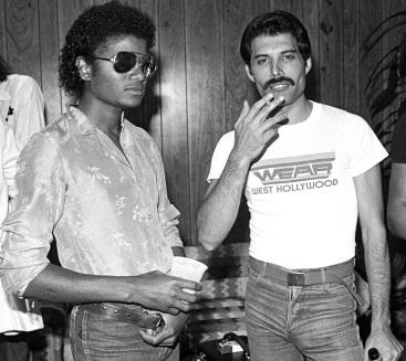 5 de Setembro – Freddie Mercury - 1946 – 71 Anos em 2017 - Acontecimentos do Dia - Foto 19 - Freddie Mercury e Michael Jackson.
