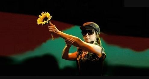 8 de Setembro – Fernanda Abreu - 1961 – 56 Anos em 2017 - Acontecimentos do Dia - Foto 10 - Fernanda vestida de guerrilheira na turnê Na Paz, em 2004.