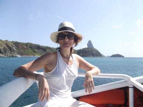 8 de Setembro – Fernanda Abreu - 1961 – 56 Anos em 2017 - Acontecimentos do Dia - Foto 20 - Fernanda Abreu fez passeio de barco em Fernando de Noronha (Foto de Ana Clara Marinho).